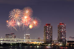 Fajerwerki świętuje nad Tokio pejzażem miejskim przy nigh Zdjęcie Royalty Free