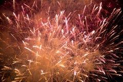 fajerwerki Gwiazdy i błyszczący fajerwerki na czerwonym tle fotografia stock