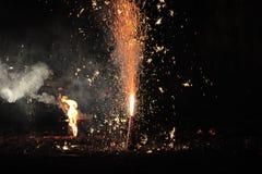 Fajerwerki lub petardy podczas Diwali lub Bożenarodzeniowego festiwalu obraz stock
