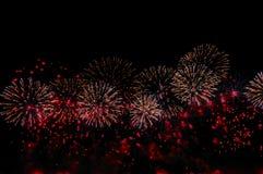 Fajerwerki na czarnym tle dla świętowanie projekta Abstrakcjonistyczny czerwony fajerwerku pokazu tło zdjęcia royalty free