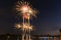 Fajerwerki na rzece w lato wieczór Zdjęcia Royalty Free