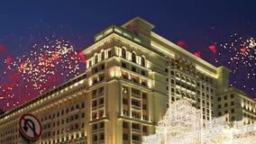 Fajerwerki nad Cztery sezonami Hotelowymi moscow Rosja z zoomem zdjęcie wideo