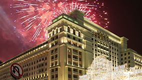 Fajerwerki nad Cztery sezonami Hotelowymi moscow Rosja z zoomem zbiory wideo