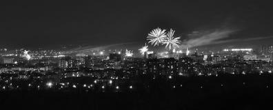 Fajerwerki nad miastem w wieczór czarny i biały wizerunku Se obrazy stock