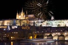 Fajerwerki nad nocy Praga kolorowy śnieżny gothic kasztel z Charles mostem, republika czech Fotografia Stock