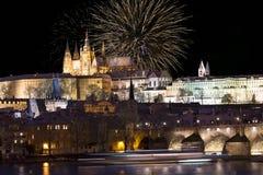Fajerwerki nad nocy Praga kolorowy śnieżny gothic kasztel z Charles mostem, republika czech Zdjęcia Royalty Free