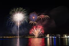 Fajerwerki, ogienia kasztel w nadmorski, odbicie na morzu przy nocą w różach, Catalonia, Hiszpania zdjęcie royalty free