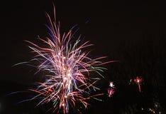 Fajerwerki przeciw czarnemu nocnemu niebu Obrazy Royalty Free