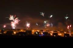 Fajerwerki przy nocą nad wioską zdjęcie royalty free