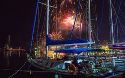 Fajerwerki przy nocą salut zwycięstwo dzień przy głównym quayside w Yalta, na seashore Crimea zdjęcia stock