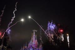 Fajerwerki przy Zaczarowanym Storybook kasztelem przy Szanghaj Disneyland, Chiny obraz royalty free