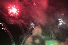 fajerwerki salut Nieba tła Zadziwiający wielkie widowisko jaskrawi barwiący błyszczący światła w nocnym niebie podczas nowego rok fotografia royalty free