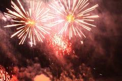 fajerwerki salut Nieba tła Zadziwiający wielkie widowisko jaskrawy szkarłatny lśnienie zaświeca w nocnym niebie podczas nowego ro obrazy stock