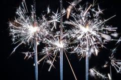 Fajerwerki, sparklers, pęka przeciw czarnemu tłu obraz royalty free