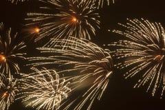 Fajerwerki, strzelający rakiety i ogienia zdjęcie royalty free