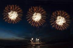 Fajerwerki, strzelający rakiety i ogienia obrazy stock