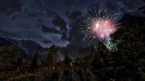 Fajerwerki w drewnach zbliżają małą wioskę Macugnaga Zdjęcie Royalty Free