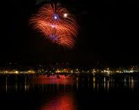 Fajerwerki wybuchają w Bugibba na Malta fajerwerków festiwalu z pięknym odbiciem na wodzie Fajerwerku festiwal Nowego roku firewo Zdjęcia Stock