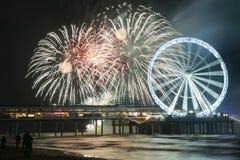 Fajerwerki z Ferris kołem przy plażą w Scheveningen Haga, Holandia obrazy stock