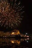 fajerwerku świętowanie przy azjatykcią pawilon architekturą z odbija Fotografia Stock