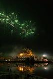 fajerwerku świętowanie przy azjatykcią pawilon architekturą z odbija Obrazy Royalty Free