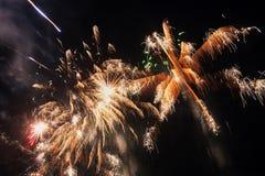 Fajerwerku świętowanie przy nocą na nowym roku - abstrakcjonistyczny wakacyjny tło obraz royalty free