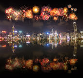 Fajerwerku festiwal nad Hong Kong miastem z wodnym odbiciem Obraz Stock