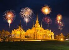 Fajerwerku festiwal nad Wata Luang Pho Toh świątynią wewnątrz przy Nakhon R Fotografia Stock