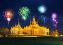 Fajerwerku festiwal nad Wata Luang Pho Toh świątynią wewnątrz przy Nakhon R Obraz Stock