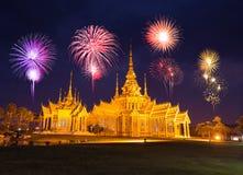 Fajerwerku festiwal nad Wata Luang Pho Toh świątynią wewnątrz przy Nakhon R Zdjęcie Stock