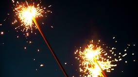 Fajerwerku sparkler palenie z światłami w tle Rozjaśniać Bożenarodzeniowego sparkler zdjęcie wideo