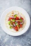 Fajita avec le poulet grillé de sésame, les tomates fraîches et l'avocat photos libres de droits