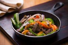 Fajita van het rundvlees in de pan Stock Foto