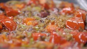 Fajitas βόειου κρέατος και πιπέρια κουδουνιών συνδετήρας Μεξικάνικα fajitas βόειου κρέατος στο skillet σιδήρου Κλείστε - επάνω τω φιλμ μικρού μήκους