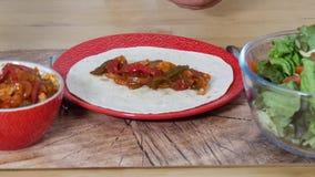 Fajitas με το κοτόπουλο, μεξικάνικη κουζίνα, tex-mex κουζίνα απόθεμα βίντεο