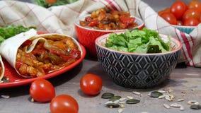 Fajitas с цыпленком, мексиканской кухней, кухней tex-mex видеоматериал