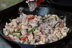 Fajitas de poulet dans la poêle de fonte images stock
