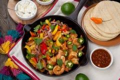 Fajitas do camarão no frigideira do ferro fundido Foto de Stock