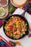 Fajitas do camarão no frigideira do ferro fundido Fotografia de Stock