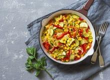 Fajitas vegetales vegetarianos de la sartén en la tabla gris Fotografía de archivo libre de regalías