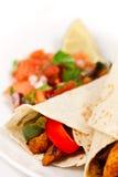 Fajitaverpackungen mit Pfeffern und Salsa Stockfoto