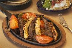 Fajite del pollo e della bistecca con gucamole Fotografia Stock