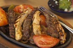 Fajite del pollo e della bistecca con gucamole Fotografia Stock Libera da Diritti