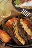 Fajite del pollo e della bistecca con una margarita del nettare dell'agave Fotografie Stock