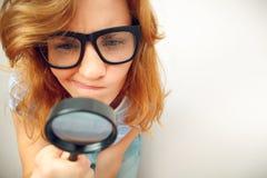 Fajtłapa patrzeje przez powiększać - szkło fotografia royalty free