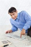 Fajtłapa biznesmena odciskania guziki klawiatura Obraz Stock
