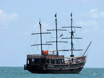 Fake piratkopierar skeppet som seglar vattnet av Canasvieiras, Brasilien Royaltyfria Foton