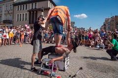 Fakir et acrobate sur le festival de rue d'UFO - réunion internationale des interprètes et des acteurs de rue image stock