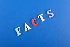 FAKTA uttrycker på blå bakgrund som komponeras från träbokstäver för färgrikt abc-alfabetkvarter, kopieringsutrymme för annonstex Arkivbild