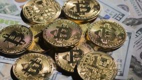 Faktisk lögn för valutamyntbitcoin på US dollarräkningar arkivfoto